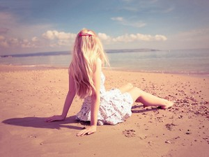 osamljeno dekle na obali 2